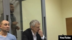Акбарали Абдуллаев (на заднем плане) в суде Киева. 22 февраля 2017 года.