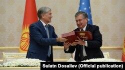 Шавкат Мирзиеев подарил президенту КР первый экземпляр изданного на узбекском языке эпоса «Манас». Ташкент, 5 октября 2017 г.