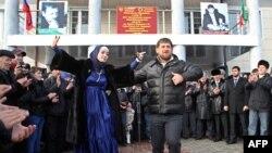 Нохчийчоь -- Соьлж-гlалахь кхаж тосучу куьпана хьалха хелхаволуш ву Кадыров Рамзан, 04Гlу2011