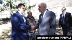 Давид Гурциев (слева) и Леонид Тибилов во время визита экс-президента в Ахалгорский район, 28 февраля 2017 г.