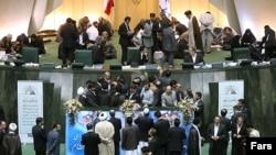 ირანელი პარლამენტარები კენჭისყრის დროს