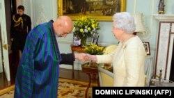 Karzai Britaniya kraliçası ilə