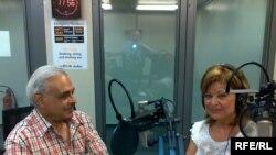 النائب مفيد الجزائري مع السيدة فريال حسين داخل استديو براغ