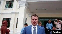 Сергей Полонский у здания суда в Пномпене