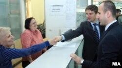 Архивска фотографија: Министерот за информатичко општество и администрација Иво Ивановски во посета на административци.