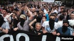 Акция протеста против возможного повышения тарифов на электроэнергию на площади Свободы в Ереване, 27 мая 2015 г.