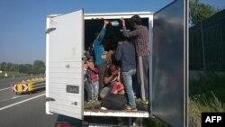 Unul din camionale încărcate cu refugiați, interceptate de poliția austriacă