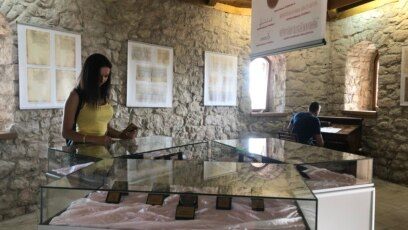 Replike najreprezentativnijih dokumenata i pečata vladara Srednjovjekovne bosanske države u Tešnju