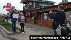 Жители Приморья фотографируются с участником акции протеста в Иркутске