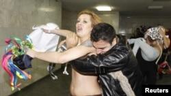 Ахоўнік іранскай амбасады спрабуе спыніць пратэст Femen, 2010