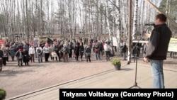 Активисты Токсово на акции протеста против нелегальной застройки леса, 12 апреля 2015 г.