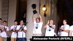 Vatrepolo reprezentacija Srbije sa pobedničkim peharom