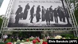 Plakat u Sarjevu na dan mise za žrtve Bleiburga, sa fotografijom obješenih antifašista pred oslobođenje Sarajeva 1945. godine