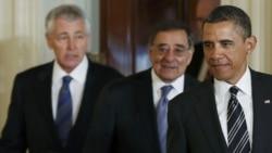 Presidenti amerikan Barack Obama me të emëruarin e ri per sekretar të Mbrojtjes, ish senatorin republikan, Chuck Hagel (majtas) dhe me sekretarin atkual të Mbrojtjes, Leon Paneta, Uashington, 7 janar, 2013