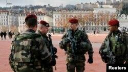 Военные патрули продолжают дежурить на улицах городов Франции