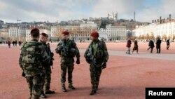 Французские десантники патруль в центре Лиона. Франция, 27 ноября 2015 года.