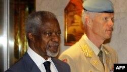 Kofi Annan (solda) və general mayor Robert Mood (sağda)