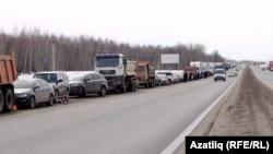 Акция перевозчиков на трассе под Казанью. 27 марта 2017 года