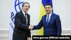 Прем'єр-міністр України Володимир Гройсман (праворуч) і віце-президенто Світового банку у Європі та Центральній Азії. Київ, 6 лютого 2019 року
