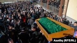 Ресейдің Қырымдағы әрекетіне қарсы болған соң біреулер өлтіріп кеткен қырым татары Решат Әметовтің жерлеу. Симферополь, 18 наурыз 2014 жыл.