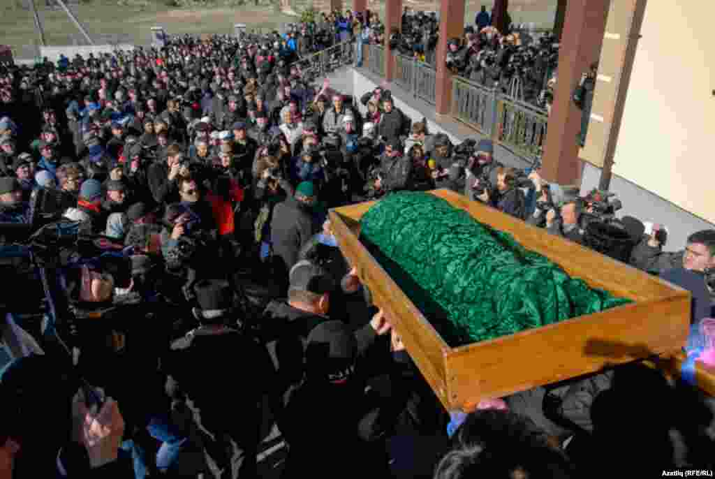 An estimated 2,000 mourners gathered at Simferopol's Abdal cemetery to lay Reshat Ametov to rest