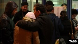 Relatives of the victims of the Tatarstan Airlines crash gather at Kazan airport on the night of November 17-18.