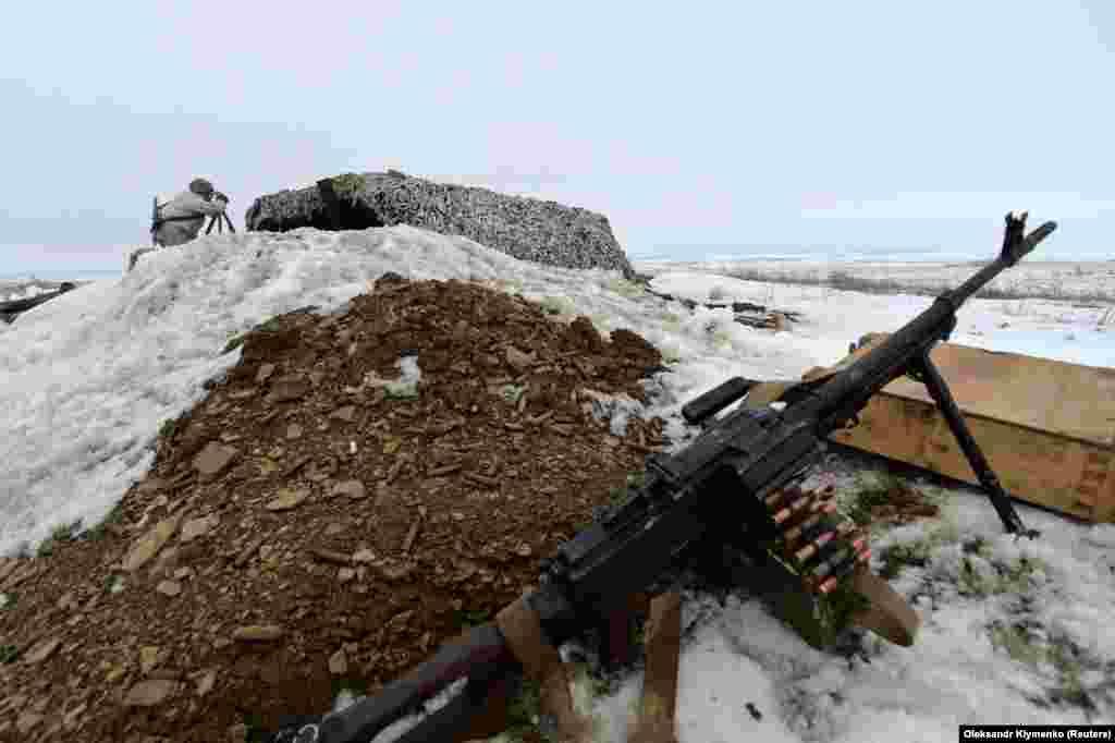 Вояк ЗСУ спостерігає за активністю противника на передовій поблизу селища Троїцьке. Донецька область, лютий 2019 року