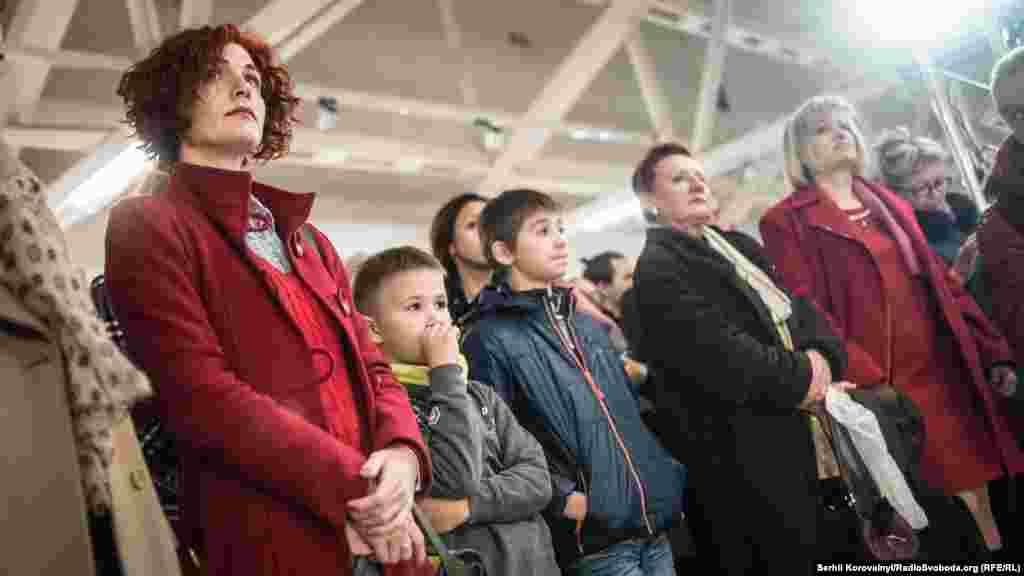 Відвідувачі виставки чекають на церемонію відкриття