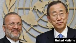 Генералниот секретар на ОН Бан Ки Мун и иранскиот министер за надворешни работи Манучеир Мотаки во ОН