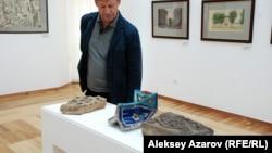 Директор одной из частных галерей Алматы Владимир Филатов рассматривает элементы архитектуры известных средневековых мавзолеев. Алматы, 18 июня 2015 года.