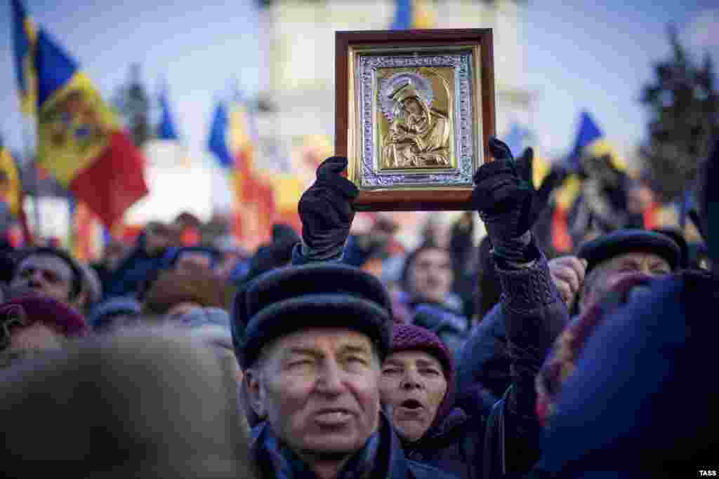 People attend a rally in front of the Moldovan Parliament building in Chisinau on January 24. (TASS/Vadim Denisov)