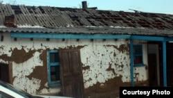 Дом одного из жителей села Кызылкесик после града. Тарбагатайский район, Восточно-Казахстанская область, 19 июня, 2012 года.
