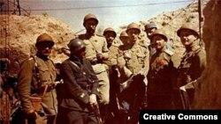 Офицеры французской армии и Русского экспедиционного корпуса на фронте на севере Франции, 1916 год