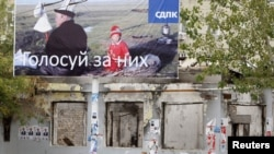 Дауыс беруге шақырған билбордтардың бірі. Ош, 11 қазан 2010 жыл
