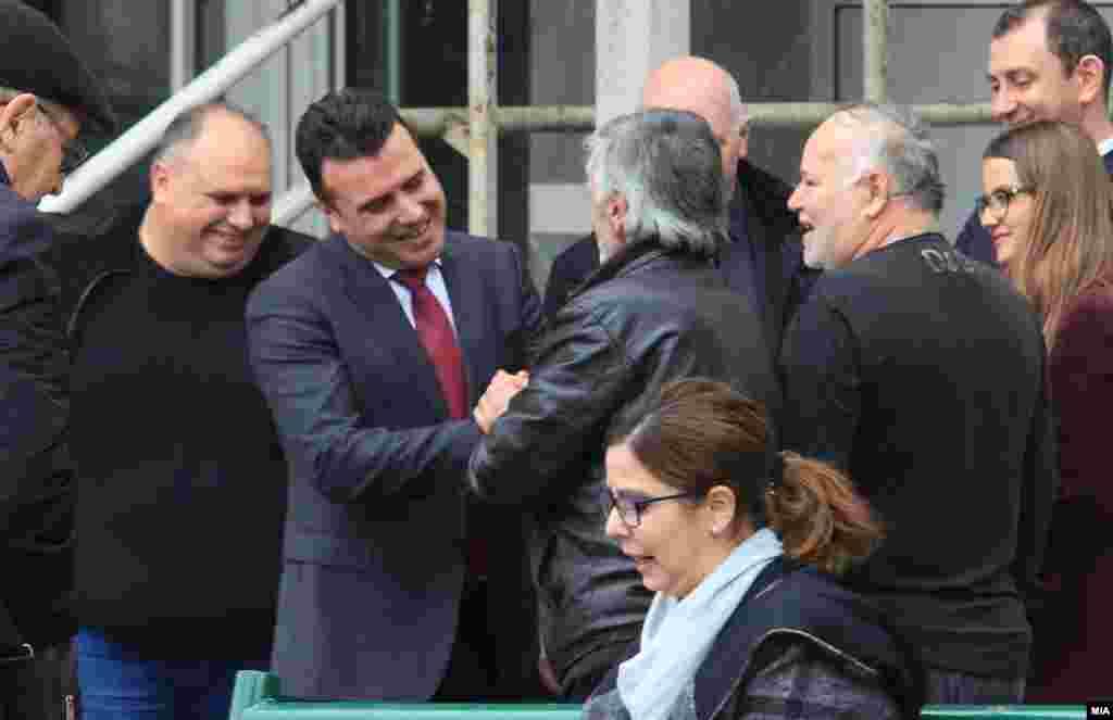 МАКЕДОНИЈА - За премиерот Зоран Заев обвинението во случајот Поткуп е бесмислено. Според него, обвинението било конструирано за тој да биде спречен политички да дејствува додека беше лидер на опозицијата. Заев вели дека станува збор за смислена акција преку таен агент и МВР за тој да престане со објавувањето на т.н. бомби. Заев додаде дека доказите ќе покажат дека собирал донации за црква, а не дека барал поткуп.