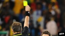 بازیکن صرب اخطار میگیرد