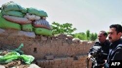 Пәкістан қауіпсіздік күштері бүлікшілер шабуыл жасаған бақылау бекетінде тұр. Пешавар, Пәкістан, 18 мамыр 2011 жыл.