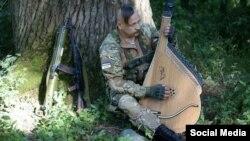 Український воїн-бандурист (фотографія із соціальних мереж)