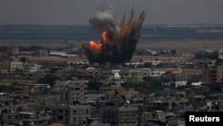 Tym dhe zjarr pas një sulmi ajror izraelit në Rripin e Gazës