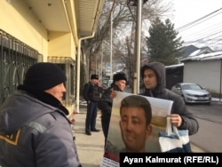 Baibolat Kunbolatuly protests in front of the Chinese Consulate in Almaty in January 2020.