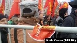 """Алексей Навальный присутствовал на """"Русском марше"""" виртуально – в виде остатков своей предвыборной наклейки с одной из прошлых оппозиционных акций на привезенных из УВДЦАО ограждениях"""