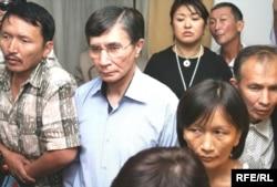 Сторонники Ермека Нарымбаева, активиста оппозиции, во время оглашения приговора ему. Второй слева оппозиционный политик Жасарал Куанышалин. Алматы, 23 июня 2010 года.