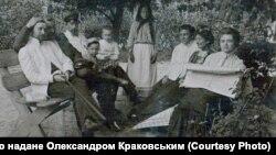 Густав Шольц (ліворуч) із родиною, Суми, початок XX століття