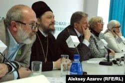 Кинорежиссер-документалист Константин Харалампидис (слева), епископ Геннадий (второй слева) на пресс-конференции в Алматы. 23 января 2013 года.