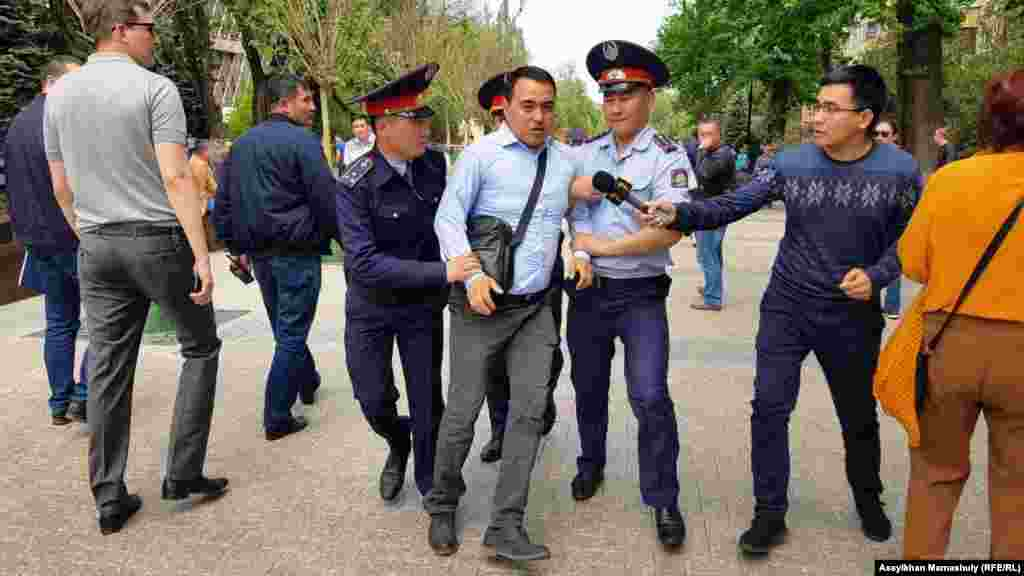 10 мая в нескольких городах Казахстана прошли несанкционированные акции. Их участники требовали освободить политзаключенных и прекратить пытки в местах заключения. Полицейские задержали десятки протестующих. Алматы, 10 мая 2018 года. Фото корреспондента Азаттыка Асылхана Мамашулы.