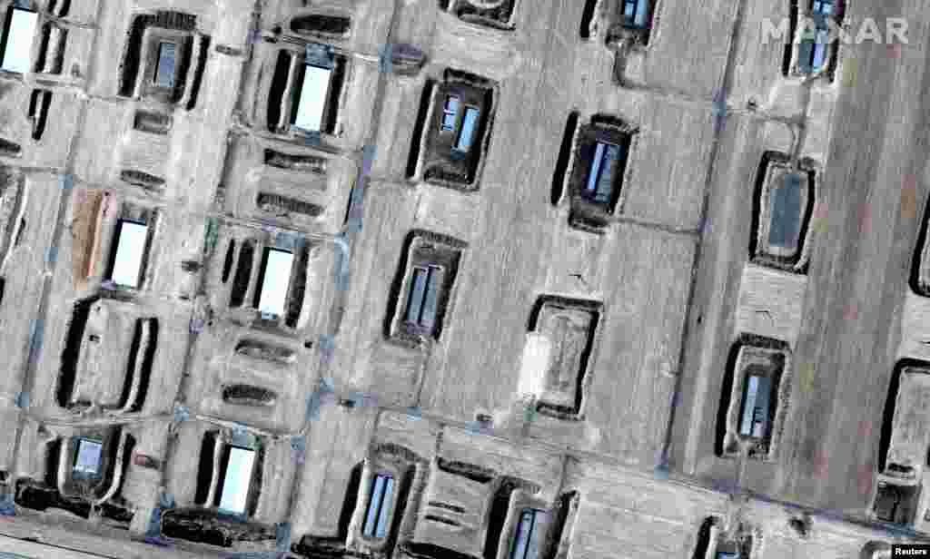 """В ведомстве затрудняются сообщить, сколько взрывов прогремело в окрестностях Арыси. Вице-министр Дандыбаев заявлял, что их количество может достигать 40-50. По данным Минобороны, саперы обнаружили 70 неразорвавшихся снарядов и """"все очаги пожара"""". 26 июня режим чрезвычайной ситуации в Арыси был продлен еще на три дня. Город Арысь, с населением - по официальным данным - около 43 тысяч человек, был эвакуирован полностью. 39 тысяч покинули город самостоятельно. 26 тысяч, по сообщению акимата Шымкента, сейчас находятся в этом городе."""