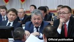 Сапар Исаков баштаган өкмөт мүчөлөрү парламентте бюджетти талкуулоо учурунда. 29-ноябрь, 2017-жыл.