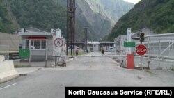 """КПП """"Верхний Ларс"""", граница между Грузией и Россией"""