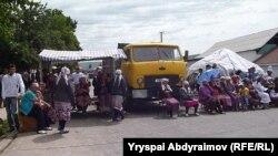 Жол тоскондор. Бишкек-Ош жолунун 587-чакырымы, Жалал-Абад, Барпы айыл өкмөтү, 3-июнь, 2013.