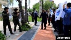 Düşənbədə İran səfirliyinin qarşısında etiraz aksiyası